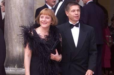 Im Juli 2001 besucht sie mit ihrem Mann Richard Wagner die Festspiele in Bayreuth. Zu diesem Anlass hat sich das Paar richtig in Schale geschmissen: Er im eleganten Anzug mit Fliege und sie mit einer auffälligen Boa.
