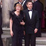 Im Juli 2001 besucht sie mit ihrem Mann Joachim Sauer die Festspiele in Bayreuth. Zu diesem Anlass hat sich das Paar richtig in Schale geschmissen: Er im eleganten Anzug mit Fliege und sie mit einer auffälligen Boa.