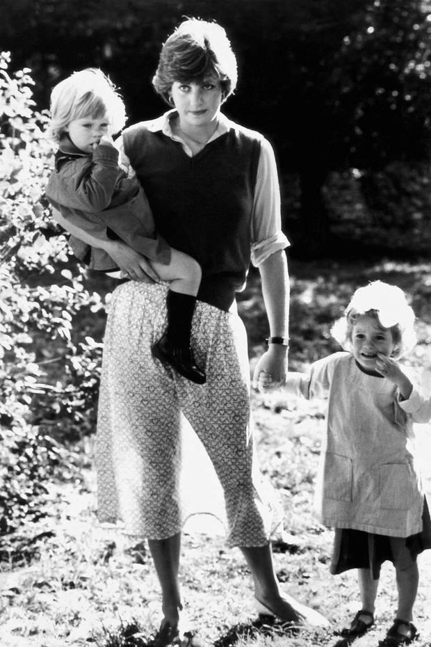 Prinzessin Diana mit Kindergartenkindern