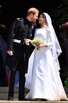 """Herzogin Meghans Brautkleidbesteht aus Seiden-Cady und hat einenmatten Glanz, der Unterrock ist hingegenaus dreifachem Seidenorganza gefertigt.Insgesamt soll die Robe laut """"Daily Mail"""" umgerechnet 230.000 Euro gekostethaben."""