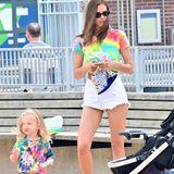 Denn Mutter und Tochter tragen knallbunte Batik-Shirts, die den Sommer auch endlich modisch einläuten. Während die kleine Lea mit ebenso farbenfrohen Shorts spielt, wählt Irina lieber eine weiße, knappe Jeansshorts. Auch die sportlichen Schuhe der beiden sorgen mit ihrem bunten Muster für Aufsehen.