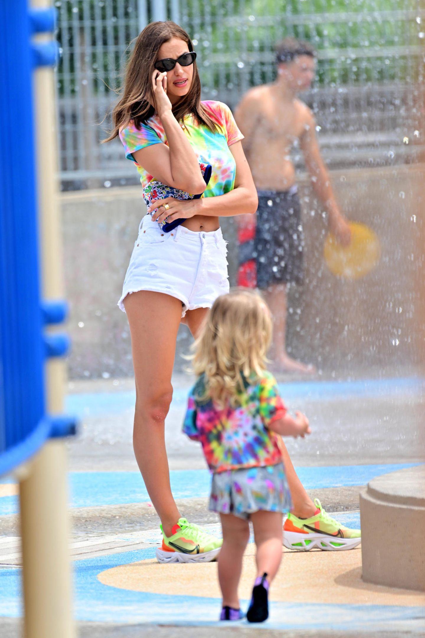 Bei sommerlichen Temperaturen in New York gönnen sich Irina Shayk und Töchterchen Lea de Seine eine kleine Abkühlung in einem Wasserpark. Dass sie fest zusammengehören zeigt das Duo gekonnt mit seinem Partnerlook ...