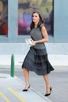 Königin Letizias Look überzeugt vor allem durch sein aufwendiges Streifen-Design mit Stufeneffekt. Dazu kombiniert Letizia eine weiße Clutch und schwarze Pumps.