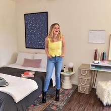 """Ava Phillippe, die ihrer Mutter Reese Witherspoon wie aus dem Gesicht geschnitten ist, hat an der University of California keinen VIP-Status, der ihr ein Luxus-Apartment auf dem Campus verschafft. Wie alle anderen Studenten hat sie ein simples Zimmer bezogen, das sie sich selber hergerichtet hat. Ein Bett, ein Schreibtisch, ein paar Wohn-Accessoires - und das war es auch schon. Ihr Favorit: ihre kuschelige Decke von Calvin Klein. """"Es ist, als würde man auf einem T-Shirt liegen während man seine Bücher studiert"""", schwärmt sie davon."""
