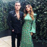 Date-Night bei Ayda Field und ihrem Mann Robbie Williams. Das Paar hat sich ganz schön in Schale geworfen und sieht fantastisch aus. Ayda trägt ein grünes Blumenkleid von Gucci, Robbie kombiniert zu einer schwarzen Hose ein doppelreihiges Sakko.