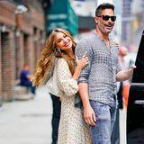 Was für ein glückliches und stylisches Paar: Sofia Vergara und Joe Manganiello zeigen sich schwer verliebt auf den Straßen New Yorks. Sofia glänzt in einer sommerlichen Kombination aus Oberteil und Rock des Labels Faithfull the Brand. Joe trägt zur Jeans ein gemustertes Hemd und Sneaker.