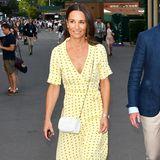 Auch Pippa Middleton wird in dem Ganni-Kleidgesichtet. Zum Tennis-Match in Wimbledon kombiniert die 35-Jährige weiße Accessoires zu ihrem gelben Blumendress und sorgt ebenfalls für Summervibes am Centre Court.