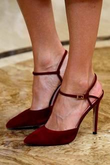 """Auch bei den Schuhen setzt Letizia auf einen sommerlichen Look und wählt für die Audienz die farblich perfekt passenden """"Verania""""-Pumps von Lodi. Diehalboffenen Schuhe befindensich schon länger in ihrem Besitz, die Monarchin trug sie bereits des Öfteren zu öffentlichen Terminen."""
