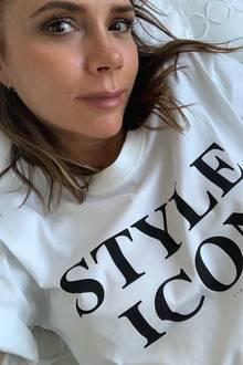 """Ob irgendjemand noch nicht weiß, dass Victoria Beckham eine echte Modeikone ist?Unwahrscheinlich. Die Designerin scheint trotzdem auf Nummer sicher gehen zu wollen und veröffentlich ein Bild von sich in einem Statement-Shirt mit der Aufschrift """"Style Icon"""". Das T-Shirt stammt, wie sollte es anders sein, aus ihrer eigenen Kollektion. Zu dem Selfie schreibt sie: """"Ich weiß nie, was ich anziehen soll ..."""" So richtig glauben, können wir ihr das allerdings nicht."""