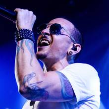 """20. Juli 2017  Vor zwei Jahren ging ein großer Schock durch die Musikwelt:Mit nur 41 Jahren nimmt sich """"Linkin Park""""-Frontmann Chester Bennington in seiner Villa in Palos Verdes Estates das Leben. Neben Millionen Fans hinterlässt er seine Frau und sechs Kinder."""