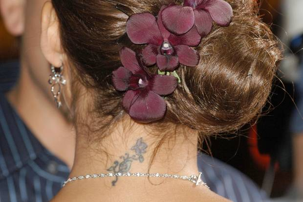 Das verhasste Tattoo: Die Blumen im Nacken gefallen Jessica Alba so gar nicht mehr.