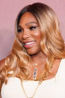 """Obwohl sich Serena Williams im Finale inWimbledon geschlagen geben musste, erschien die Sportlerin bestens gelaunt zum """"Sports Illustrated Fashionable 50""""-Event. Ob ihre gute Stimmung vielleicht von ihrer neuen Haarfarbe herrührt? Serena zeigt sich auf dem roten Teppich frisch erblondet. Ihre Haare, die ihr in sanften Wellen über der Schulter liegen, erstrahlen in einem sommerlichen Goldton."""
