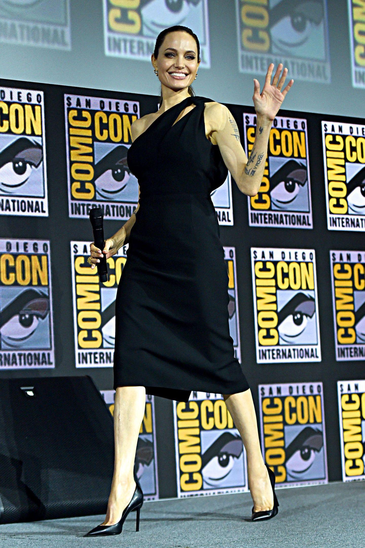 Angelina Jolies Auftritt während der diesjährigen Comic-Con in San Diego war eine echte Überraschung, ihr sexy Look im Kleinen Schwarzen mit passenden High Heels ist dagegen so stilvoll wie immer.