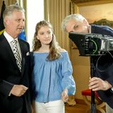 König Philippe lässt sich vor der Ansprache die Technik erklären. Prinzessin Elisabeth hört aufmerksam zu.