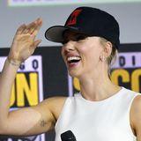 """Black Widow""-Star Scarlett Johansson bezaubert bei der Comic-Con sogar mit Baseballcap."