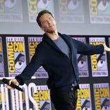 """Benedict Cumberbatch genießt das """"Happy Birthday""""seiner vielen Fans. Der """"Doctor Strange""""-Star feierte einen Tag zuvor seinen 43. Geburtstag."""