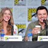 """Beim """"The Orville""""-Panel haben nicht nur die Fans der SciFi-Serie gut lachen, auch die Hauptdarsteller Adrienne Palicki und Seth Macfarlane amüsieren sich bestens."""