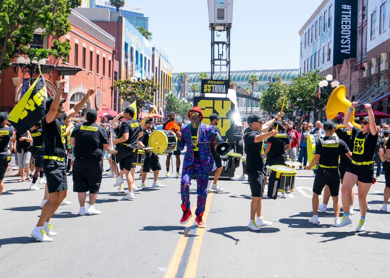 Orlando Jones hat seine eigene Straßenband mit zum San Diego Convention Center gebracht.