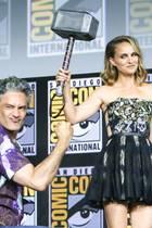 """Überraschung auf der Comic-Con: Regisseur Taika Waitit überreicht Natalie Portman """"Thor""""s Hammer Mjölnir."""