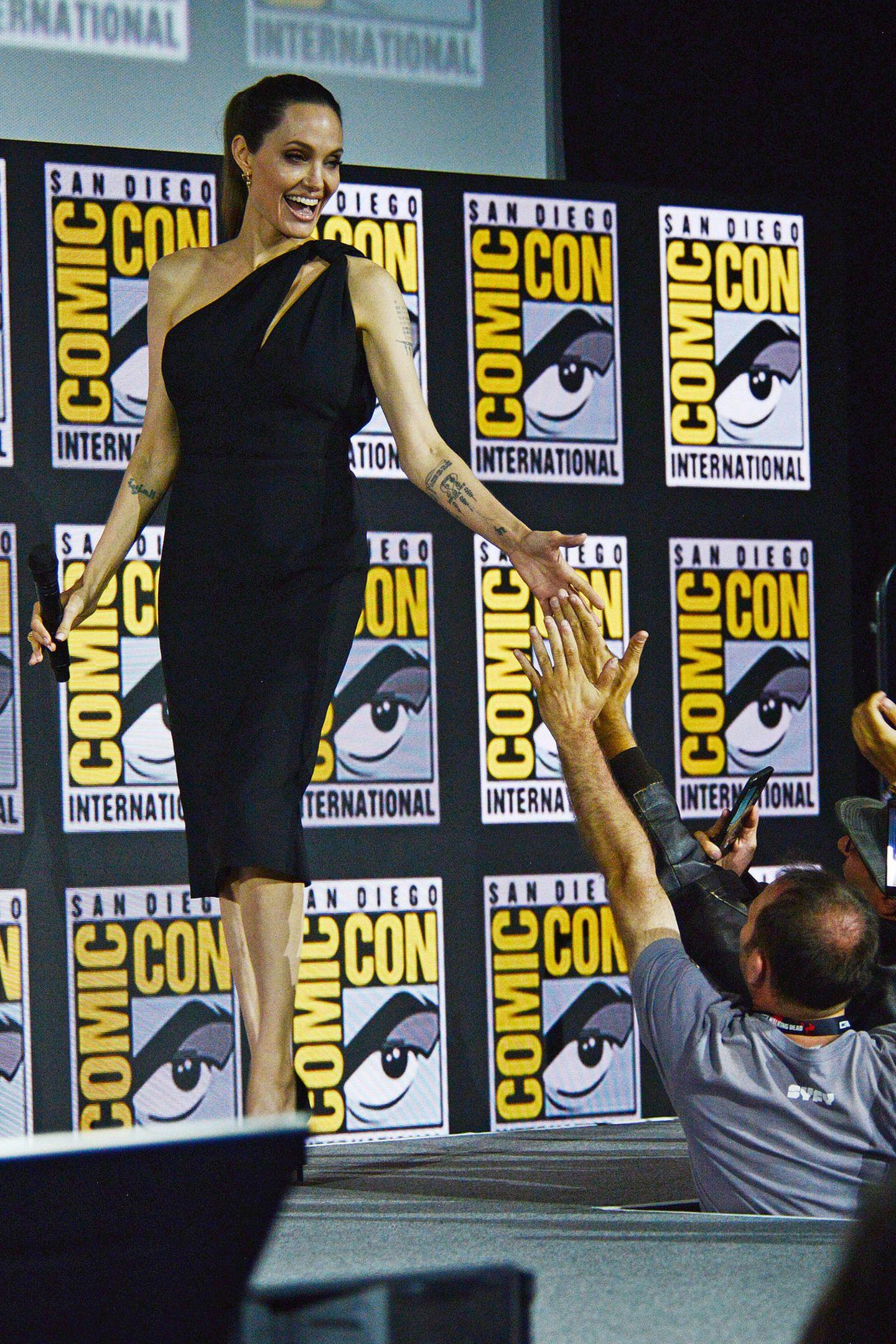 """Angelina Jolie überrascht nicht nur mit ihrem Eintritt ins Marvel-Universums, sie wird Superheldin """"Thena in """"The Eternals"""" spielen, sie erfüllt auch den Traum einiger Fans an der Bühne, einmal ihre Hand streichen zu können."""