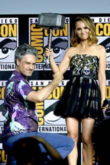 """Wer hätte das gedacht?! Regisseur Taika Waititi, der bereits mit """"Thor: Ragnarok"""" einen Riesenerfolg feierte, hat für den vierten Teil der Marvel-Reihe nicht nur Natalie Portman als """"Jane Foster"""" zurück ins Boot geholt, sie wird... Überraschung ... sogar selbst zu """"Thor""""."""