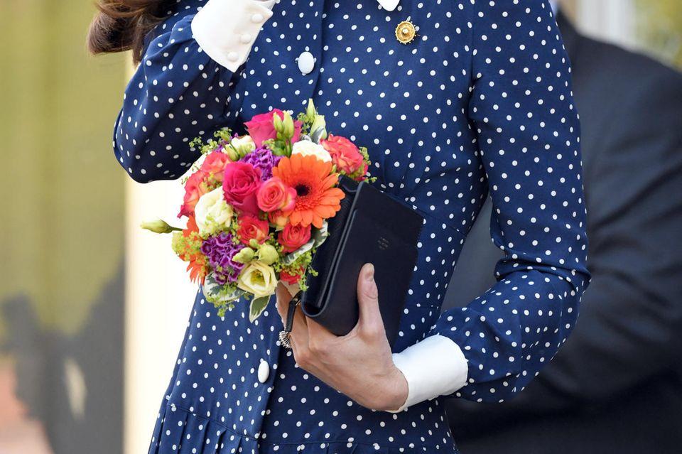 Auch bei einem Termin im Londoner Bletchley Park hat Herzogin Catherine eine leere Clutch in der Hand.