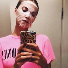 """Dieses Topmodel kann wirklich alles tragen: Lena Gercke kann selbst eine aufgelegte Gesichtsmaske nicht entstellen. Das sieht Lena offenbar anders, um ihre Fans noch mehr zu erschrecken, kommentiert siedas Foto mit dem Ausruf """"BOO!"""".Der Plan ist jedoch nicht aufgegangen, liebe Lena! Wir sind eher verblüfft, dass man mit einer Gesichtsmaske so gut aussehen kann."""