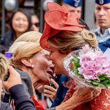 Königin Mathilde bekommt von einem treuen Fan sogar einen Kuss auf die Wange gedrückt.