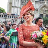 Viele Blumen und freundliche Worte nimmt die Königin von ihren Fans entgegen.