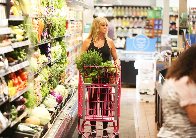 Ein wenig müde sieht Kate Hudsons Mama Goldie Hawn beim Einkauf im Supermarkt aus. Deswegen gibt es jetzt wohl viel grünes Gemüse und frische Kräuter.