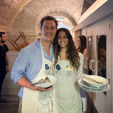 """Matthew Mcconaughey und Camila Alves stellen ihre Hilfsbereitschaft für ein ganz besonderes Projekt unter Beweis. Das Hollywood-Traumpaar kellnert im 5-Sterne-Restaurant """"Reffetorio Paris"""", wo täglich Mahlzeiten an Flüchtlinge und Obdachslose serviert werden."""