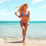 Karibik-Flair bei Michelle Hunziker? Von wegen!Die Moderatorin urlaubt aktuell in Italien, auf Sardinien um genau zu sein. Per Instagram schickt sie uns jetzt diese sommerlichen Grüße und zeigt in ihrem Denim-Bikini was sie für eine Traumfigur hat.