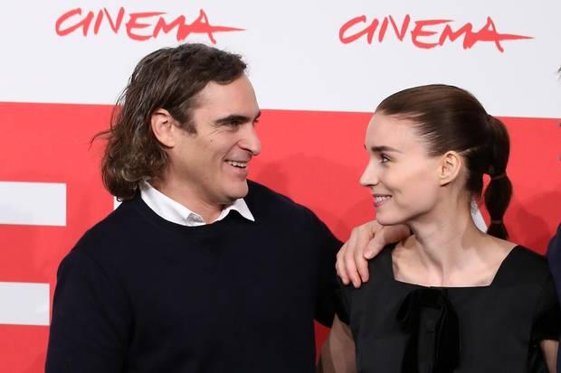 """Joaquin Phoenix und Rooney Mara bei der Premiere des Films """"Her"""" im November 2013."""