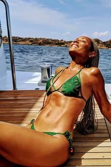 """Für Körper wie diesen wurde der Begriff """"Wow"""" erfunden! Jada Pinkett Smith sonnt ihren 47-jährigen Körper auf einer Jacht und dürfte damit so manchen neidischen Blick einheimsen."""