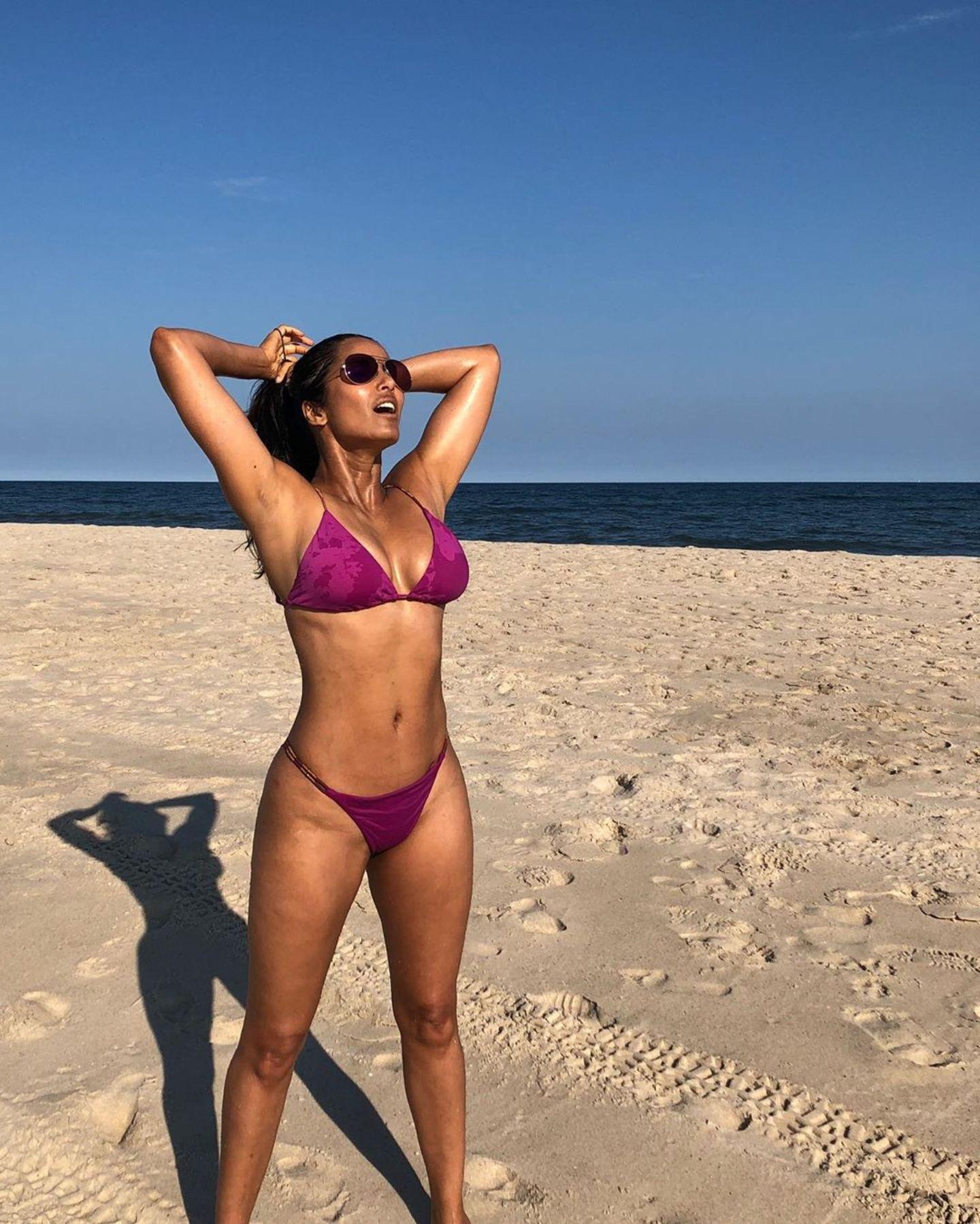 Moderatorin Padma Lakshmi veredelt mit ihrem Traumkörper - der übrigens 48 Jahre zählt - den Strand in den Hamptons.