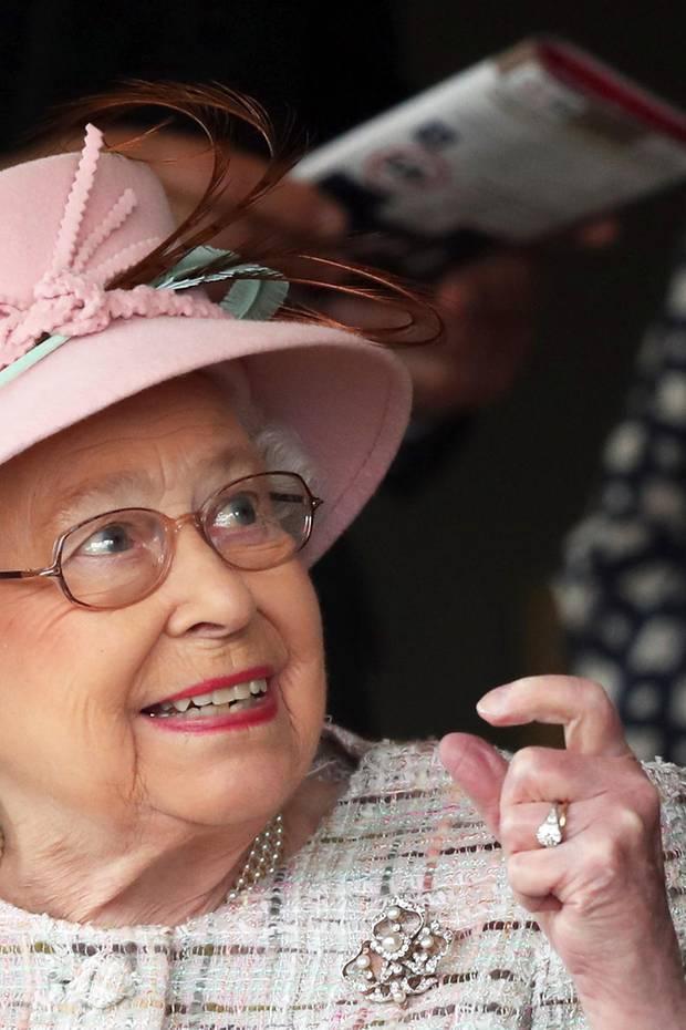 Am 10.07.1947 verloben sich Queen Elizabeth und Prinz Philip. Seither funkelt der schöne Diamantring am Finger der britischen Monarchin. Ein königliches Schmuckstück mit einer besonderen Geschichte: Denn die im Ring verarbeiteten Diamanten stammen von der Tiara von Prinzessin Alice von Battenberg – der Mutter von Prinz Philip.