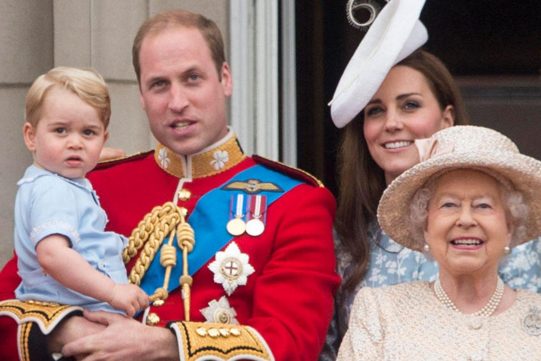 Prinz George, Prinz William, Herzogin Catherine und Queen Elizabeth (v.l.n.r.)