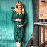 In einem grünen Kleid mit Leo-Print setzt Svenja Holtmann ihren wachsenden Babybauch in Szene. Dazu trägt sie bequeme Sneaker. Dank Schwangerschaftsglow und natürlicher Schönheit kann das Model auf Haarstyling und Make-up verzichten. Sie erwartet bald ihr erstes Kind.