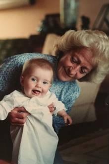 Auf Instagram teilt Kitty Spencer ab und zu Fotos aus ihrer Kindheit. Hier sieht man sie mit ihrer Oma Frances, der Mutter von Prinzessin Diana.
