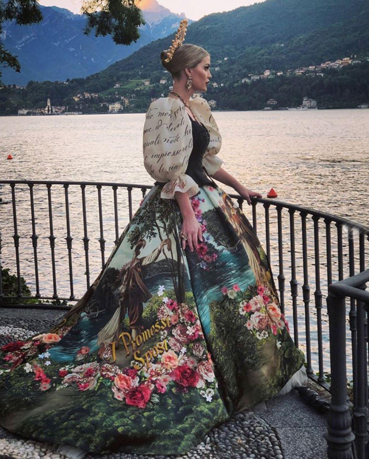Kein Blick führt hier an ihrem Kleid vorbei, das ihren Adelstitel nochmals unterstreicht. Was für eine Lady!