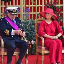 Dem strengen Blick nach zu urteilen, scheintdas seiner Frau Prinzessin Claire ganz und gar nicht zu gefallen.