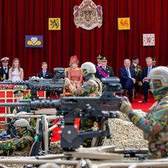 Die große Militärparade, die anlässlich des Nationafeiertags am Schloss vorbeizieht, kann die gesamte belgische Königsfamilie natürlich aus nächster Nähe bestaunen.