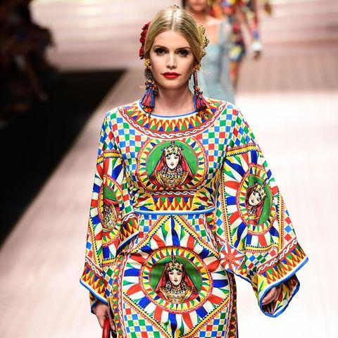 Schon für die Herbst/Winterkollektion 2017 ging Kitty zusammen mit Prinzessin Olympia von Griechenland und Lady Amelia Windsor für Dolce & Gabbana über den Laufsteg. Seitdem sieht man die Royal immer wieder in der ausgefallenenKleidung des Labels – und in Zukunft wahrscheinlichnoch häufiger.