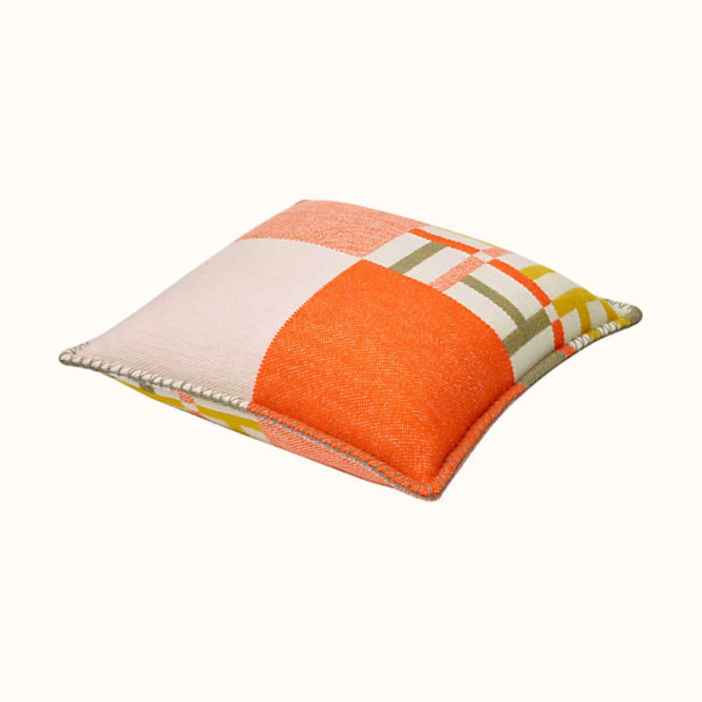 """Ein kuscheliger und ebenso dekorativer Schatz für die eigenen vier Wände ist dieses Kissen aus 100 % Kaschmir, das von Hand gesponnen und gewebt wird. """"AvalonFaçade"""" (43 cm x 43 cm) von Hermès, ca. 805 Euro"""
