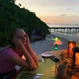 Und nach Freizeitaktivitäten wie Lesen, Tennis, Radfahren und exzessivem Genuß von Wassermelonen-Daiquiries können Sophie und Joe den Abend bei einem romantischen Dinner am Strand verbringen. Wer könnte da nicht neidisch werden?!