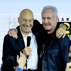"""Freudiges Wiedersehen beim""""Enter The Star Trek Universe""""-Panel: Patrick Stewart und Brent Spiner umarmen sich herzlich. Die beiden haben von 1987 bis 1994 als Captain Jean-Luc Picard und Android Data auf der Brücke der Enterprise """"gedient"""". Fans von """"Star Trek - The Next Generation"""" können sich schon auf das neue TV-Projekt """"Picard"""" freuen."""