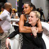"""Kuschelpause beim Autogramme geben:""""Westworld"""" -Kolleginnen Thandie Newton und Evan Rachel Wood genießen den Trubel auf der Messe."""
