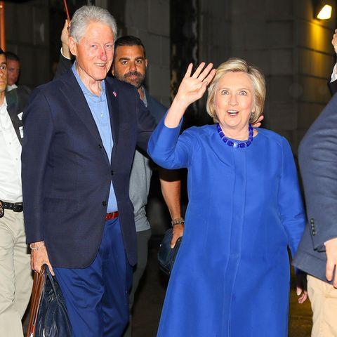 Bill Clinton und Hillary Clinton besuchen ihr neugeborenes Enkelkind im Krankenhaus.