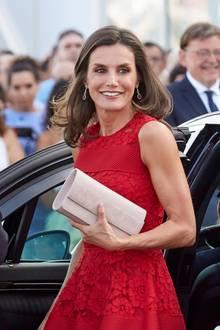 Eine nudefarbene Clutch gibt dem Look einen schönen Kontrast und fügt sich perfekt in die Farbwelt ein. Nicht das erste Mal, dass sich Letizia für die Rot-Nude-Kombi entscheidet: Denn das Carolina-Herrera-Dress trägt sie bereits im Jahr 2017 und hat ihre Accessoires farblich perfekt gegeneinander ausgetauscht ...