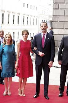 Im Juni 2017 trägt Königin Letizia die rote Robe zum ersten Mal und bleibt ihrem Farbschema von damals auch heute treu. Dennbei dem Event vor zwei Jahren kombiniert sie ebenfalls Rot und Nude miteinander.Jedoch ist es hier die Clutch, die in einem schönen Rot leuchtet – ihre Pumps wählt sie in einem zurückhaltenden Nude.